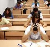 Aula de examen con varios estudiantes repartidos por el aula