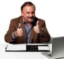 Persona de mediana edad reafirmandose ante el ordenador