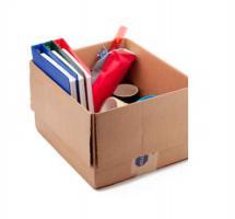 Caja de cartón llena de material de oficina