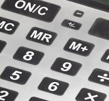Primerisimo primer plano de los botones negros de una calculadora gris