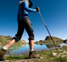 Mujer caminando por la montaña