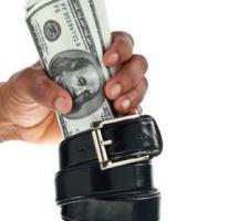 Fajo de billetes de dólar dentro de un cinturon