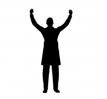 Persona con los brazos en alto