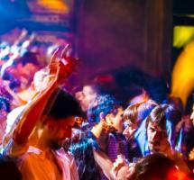 Imagen de la gente bailando en una dicoteca