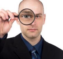 Hombre mirando a través de una lupa