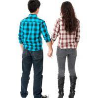 Imagen de una pareja de amigos caminando de la mano