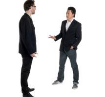 Un par de amigos discutiendo sobre fondo blanco