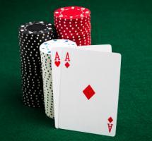 Par de ases repartidos en una partida de cartas. Una oportunidad perfecta