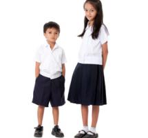 Dos niños extranjeros con uniforme escolar