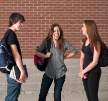 Grupo de amigos charlando en el pasillo del colegio