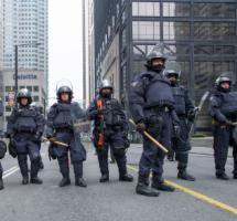 Policia antidisturbios posicionada para represión