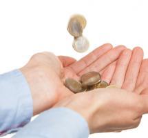 Manos recibiendo dinero - Decisión sacrificar ingresos por desarrollar vocación profesional