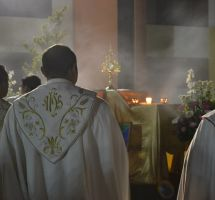 ¿Pensar que los sacerdotes pueden perdonar los pecados?