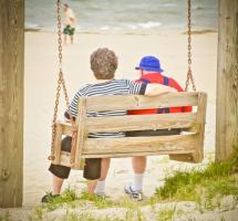 Pareja anciana sentados juntos mirando al mar