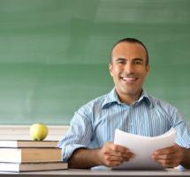Profesor sentado en su mesa de clase