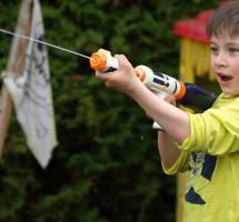 Regalar a los niños juguetes que promuevan la violencia