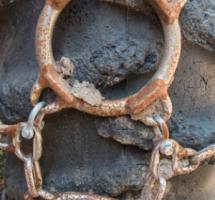 Cadena oxidada que rodea una roca