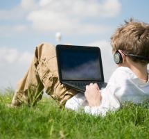 niño con ordenador y auriculares