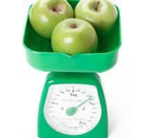 Peso con manzanas verdes
