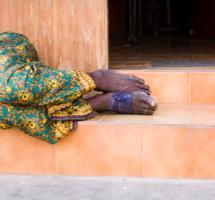 medio cuerpo de mujer tendido sobre el rellano de una escalera