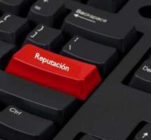 Tecla roja en teclado negro