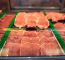 Diferentes tipos de carne empaquetada expuesta para su venta