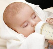 Bebé dormido tomando biberón