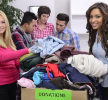Chicas y chicos con cajas de ropa
