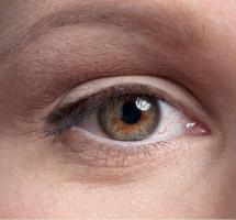 Primerísimo primer plano de un ojo con conjuntiv