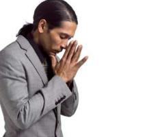 Persona de color en actitud de oración