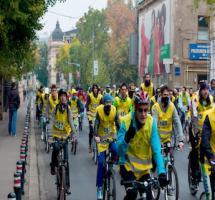 Vista general de una competición ciclista donde mucha gente compite con una camiseta amarilla con su numero