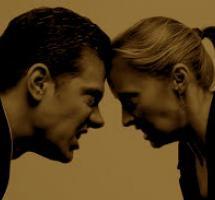 Hombre y mujer se enfrentan cara a cara.
