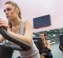 mujer haciendo ejercicio gimnasio