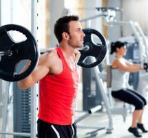 hombre con pesas en el gimnasio