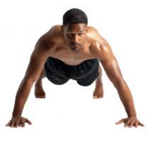 Hombre de color realizando flexiones sobre fondo blanco