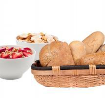 Bodegon con una cesta llena de pan y dos cuencos con cereales y frutas
